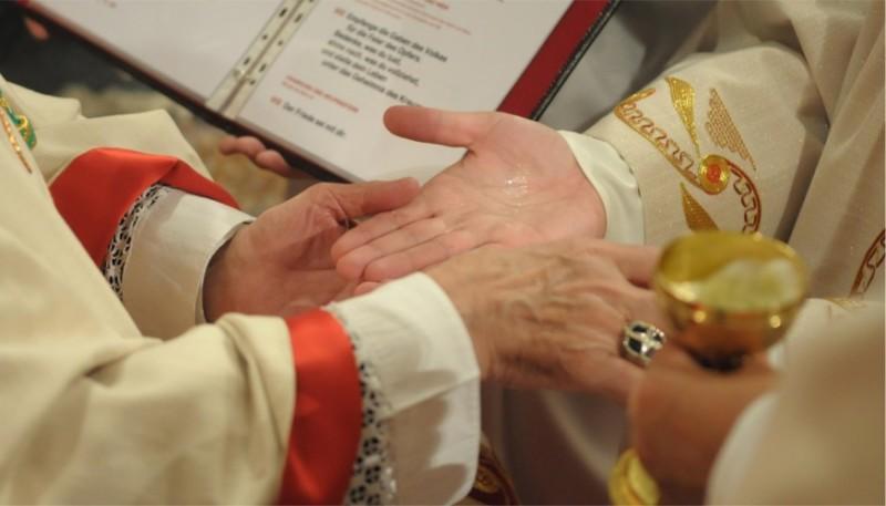 Priesterweihe, Salbung der Hände | © Augustiner Wien | Foto: Franz Josef Rupprecht
