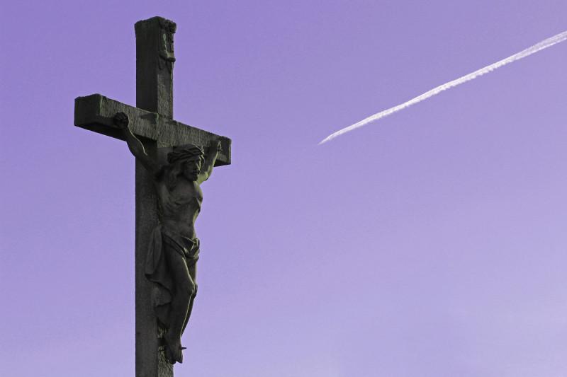 © Peter Weidemann | Kruzifix mit Kondensstreifen | In: Pfarrbriefservice.de