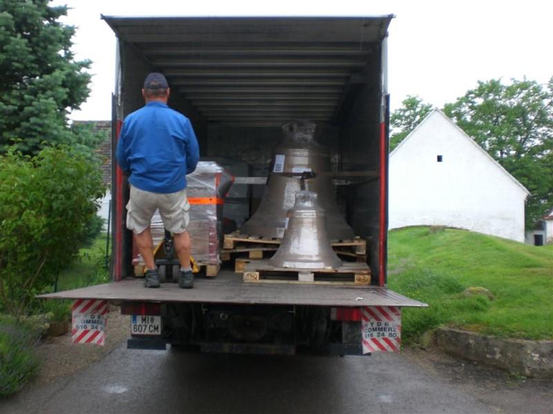 Ankunft der drei neuen Glocken in Aspersdorf am 2010-06-16 | © Augustiner Wien
